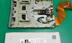 ディスクドライブを分解して メンテナンス作業を行います
